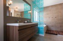 salle de bain avec écran bleu